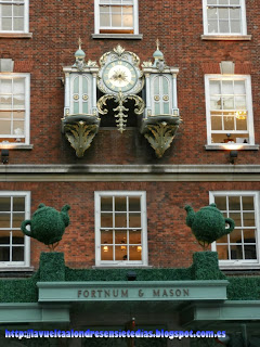 Detalle del reloj de la fachada de las galerías Fortnum and Mason.