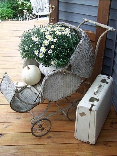 Manfaatkan troli atau kereta bayi yang sudah rusak untuk memajang bunga hias