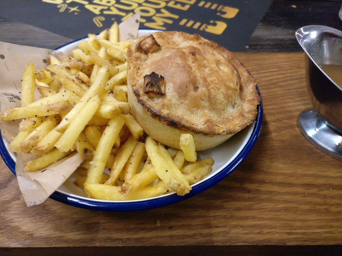 Pierate pie reviews have yourself a very merry pieminister pieminister cracker turkey and ham pie review solutioingenieria Image collections