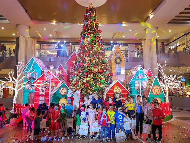 Christmas Tree in SM City Cebu by Novereich Agustin
