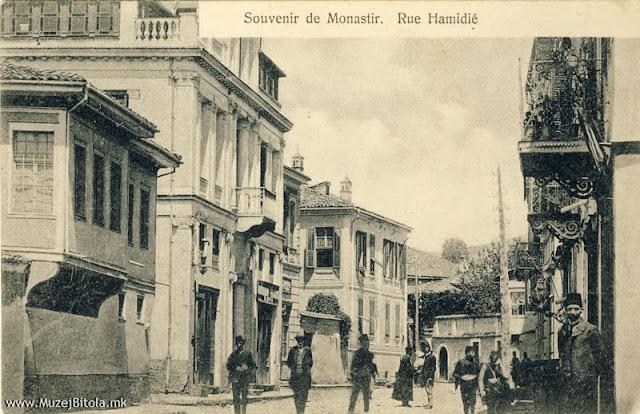"""Широк Сокак 1907 година гледано кон север. Разгледница од серијата, со наслов """"Souvenir de Monastir"""", во црно-бела техника, издадена околу 1907 година од браќата Пили."""