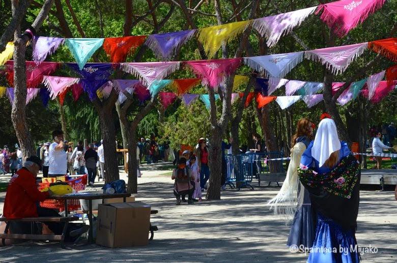 マドリードのサンイシドロ祭りカラフルなショールの飾りと伝統衣装をきた女性