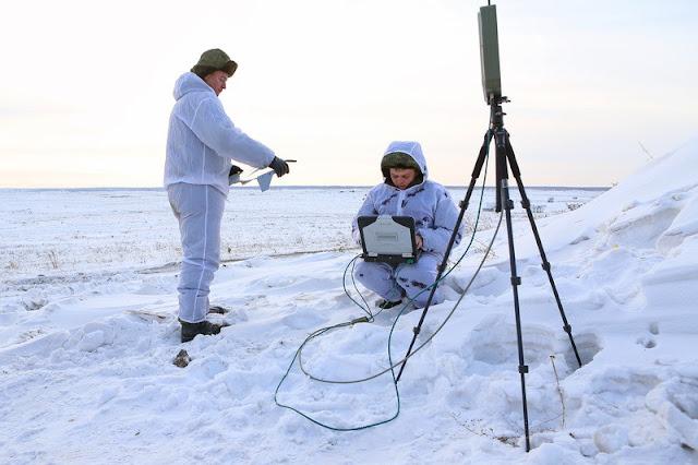 Ρώσοι στρατιώτες με τον Η/Υ και το ραντάρ ελέγχου ενός UAS