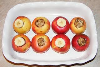 retete desert din mere curatate de cotor si unse cu miere de albine si scortisoara macinata umplute cu banane si nuca, cum facem mere coapte la cuptor, retete culinare,