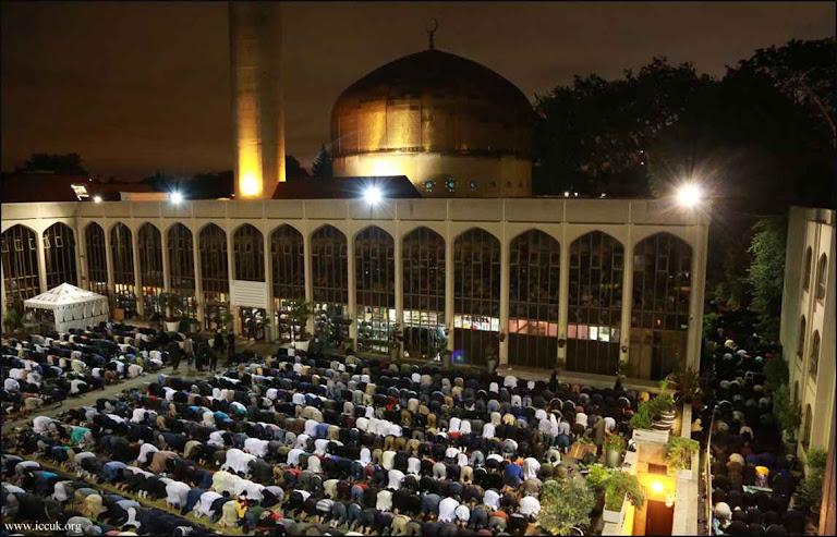 Mesquita Central e Centro Cultural Islâmico de Londres durante orações do Ramadã prescritas pelo Corão