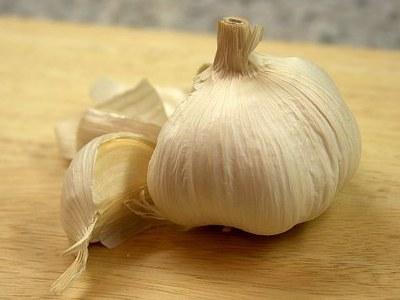 bawang putih efektif mengatasi komedo dan jerawat, bahkan yang parah sekalipun. Bawang putih bermanfaat sebagai pembersih dan sebagai zat antibiotik.