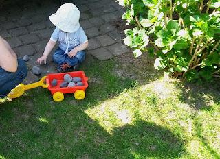 spielendes Kleinkind mit Sonnenhut