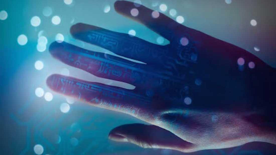 يد إصطناعية تعيد الإحساس لأحد المصابين بالشلل من جديد