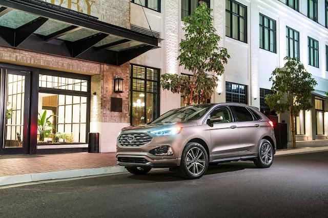Front 3/4 view of 2019 Ford Edge Titanium Elite
