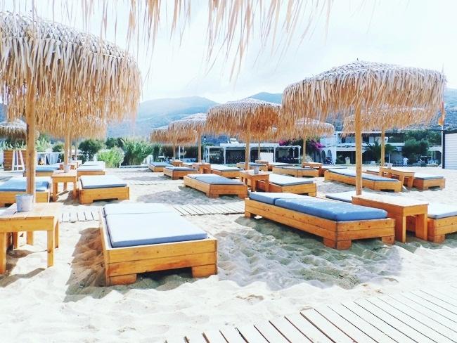 Milopotas plaza na ostrvu Ios, barovi i kafici