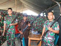 Tak di Duga Satgas Yonif Raider 712/WT Terima 8 Pucuk Senjata Saat Kegiatan Bakti Sosial