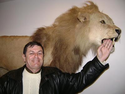 Rubén Sada y un león embalsamado en Córdoba