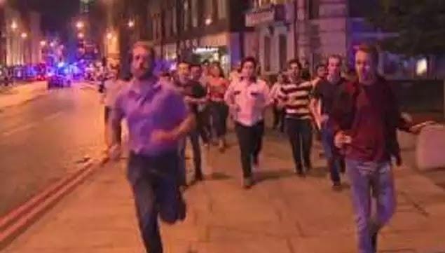 Σκηνή σοκ: Kόσμος πέθαινε στο Λονδίνο και αυτός έτρεχε με το ποτό στο χέρι! (βίντεο)