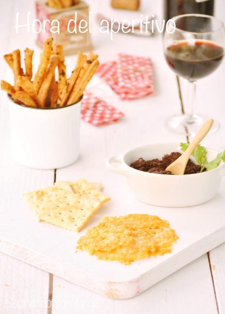 Olivada con bastones de hojaldre de cebolla y galletitas de parmesano