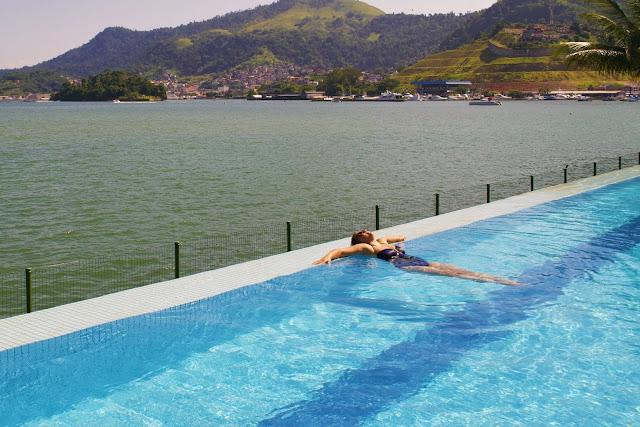 Di só relaxando na piscina infinita do Golden Tulip Porto Bali