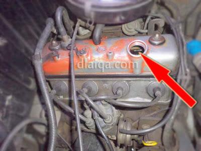 isi oli mesin melalui lubang pengisian