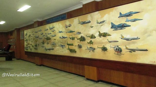 Lukisan besar terpajang di tembok
