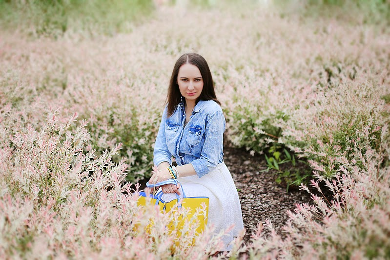 Jeans, biel i żółta torebka