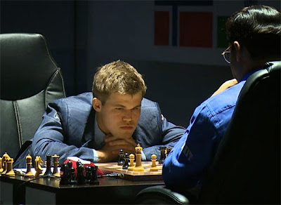 Magnus Carlsen en pleine concentration face à Vishy Anand - Photo © site officiel