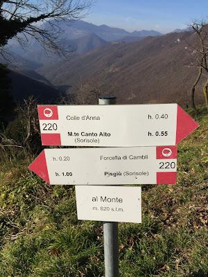 Signage on sentiero 220.
