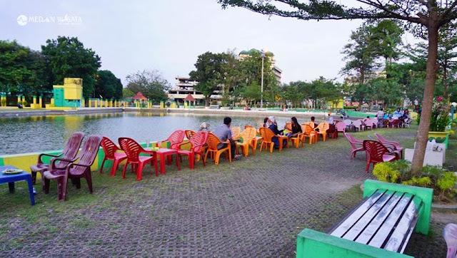 Makan Rujak di Pinggir Kolam Deli, Asyik Gak Ya?