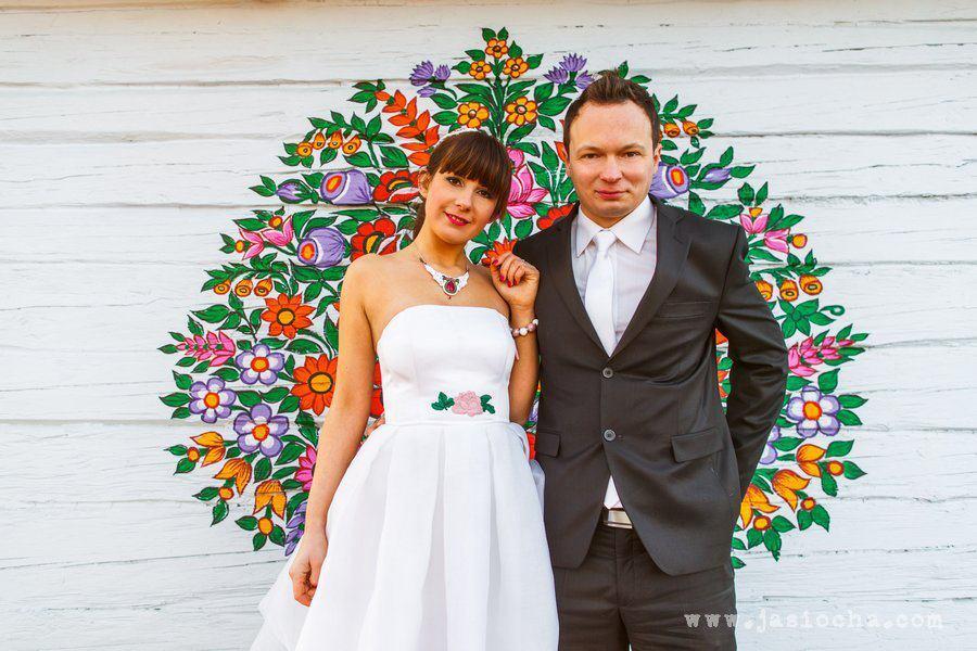 Folkowe, kolorowe motywy w zimowej stylizacji ślubnej
