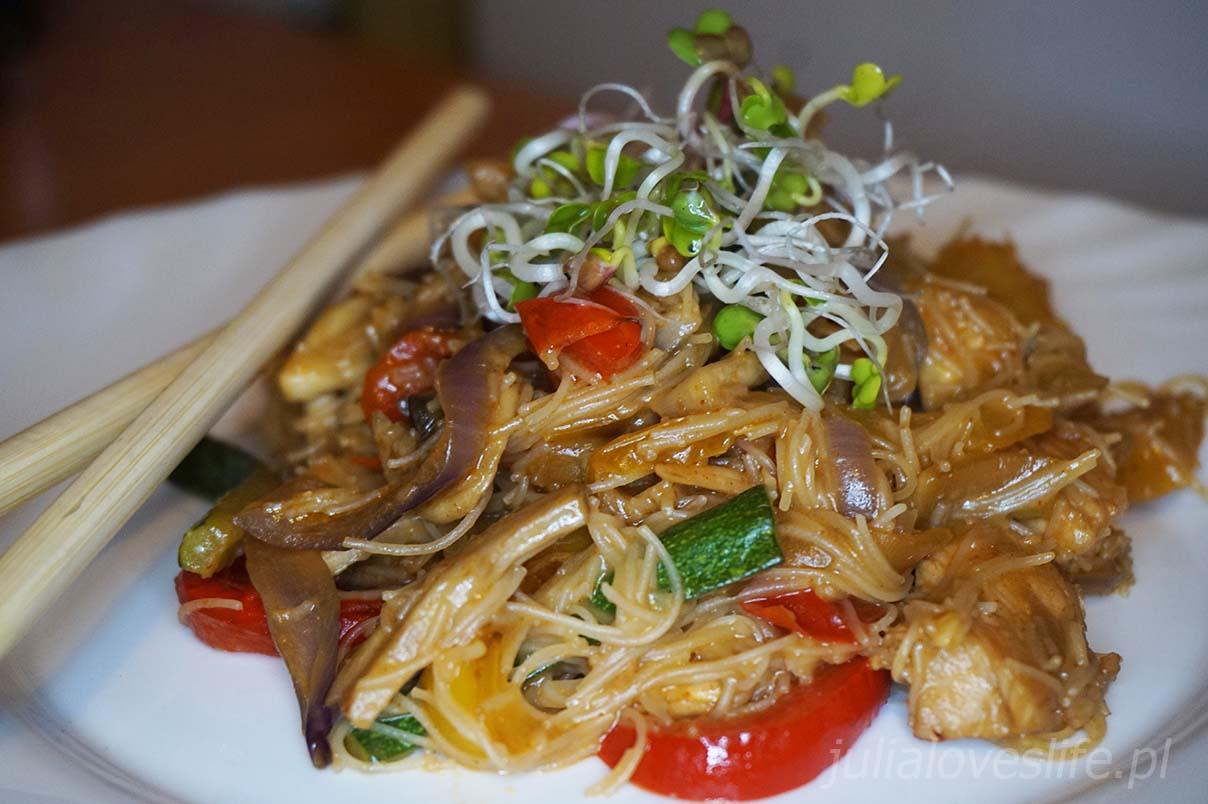 makaron ryżowy z kurczakiem