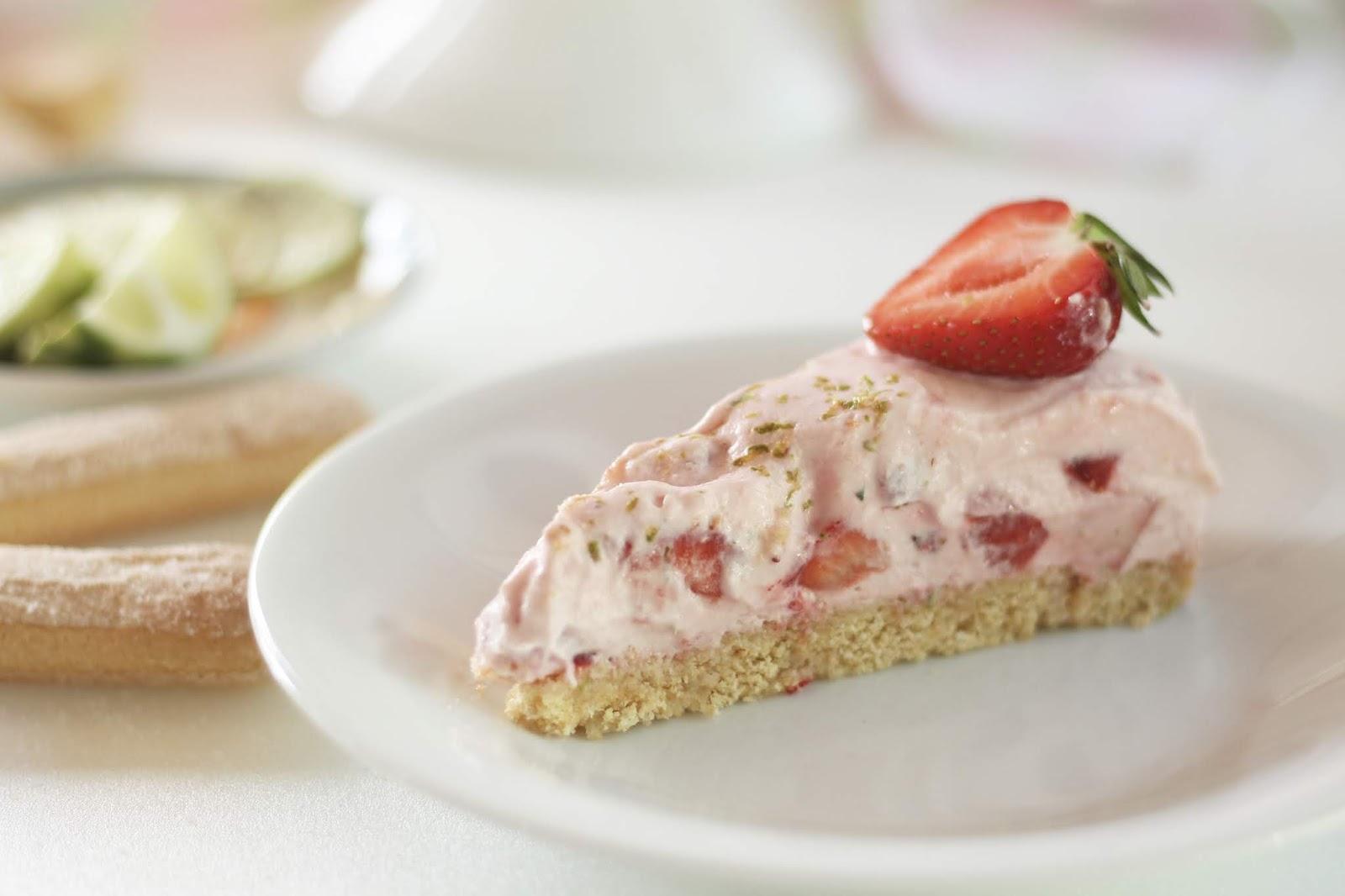 Schnelle Erdbeer-Eistorte: Sommerliches, einfaches Rezept mit Video
