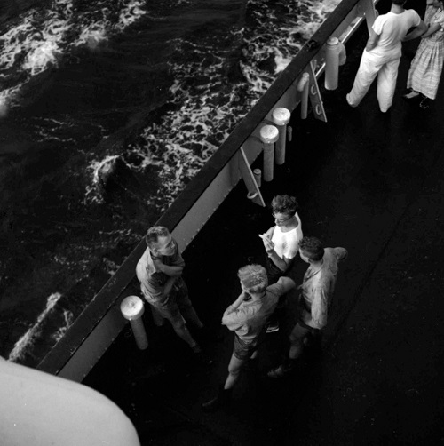 imagenes bellas en blanco y negro, fotos vintage, cool pictures -- fotografa Vivian Maier, Untitled, 1959, Men on Ship Deck.