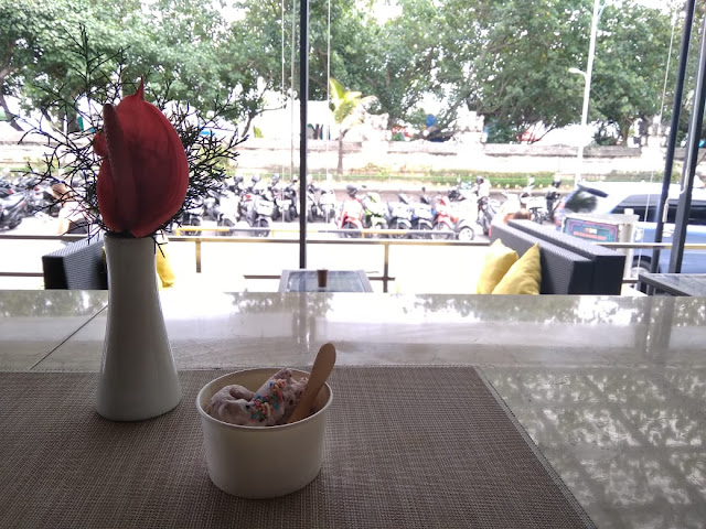 Enjoying an Ice cream while enjoying Kuta Beach's Atmosphere