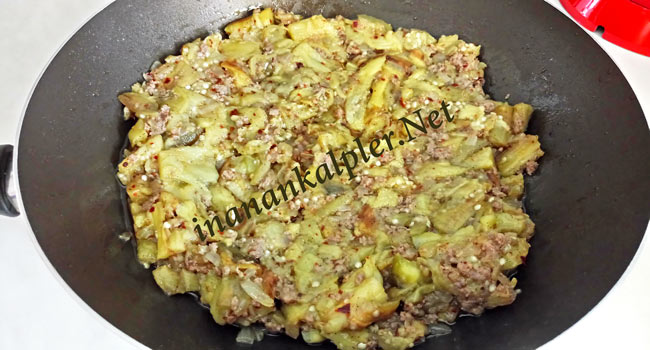 Közlenmiş patlıcan ve kıyma karıştırılır.