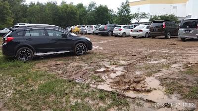 gambar Subaru XV STI hitam Malaysia beraksi di kawasan tempat letak kereta berlumpur di Hospital Putrajaya