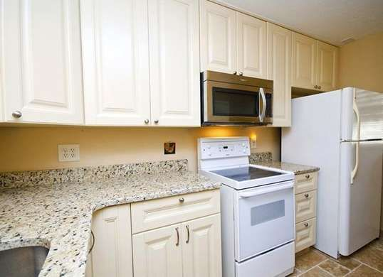 How to update kitchen cabinets without replacing them for Remodel kitchen without replacing cabinets