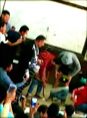 أستاذ عقيدة بالأزهر يُجبر طلاب على خلع البنطلون أثناء محاضر عن الخوف من الله (فيديو)