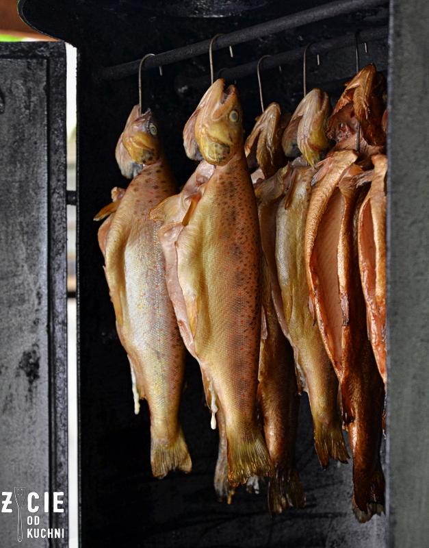 wedzenie ryb, wedzenie pstraga, wedzenie pstraga ojcowskiego, tarta, pstrag ojcowski, tarta z wedzona ryba, tarta wytrawna, tarta ze szparagami, tarta z zielonym groszkiem, przepisy z wedzona ryba, przepisy z pstragiem ojcowskim, blog zycie od kuchni, zycie od kuchni