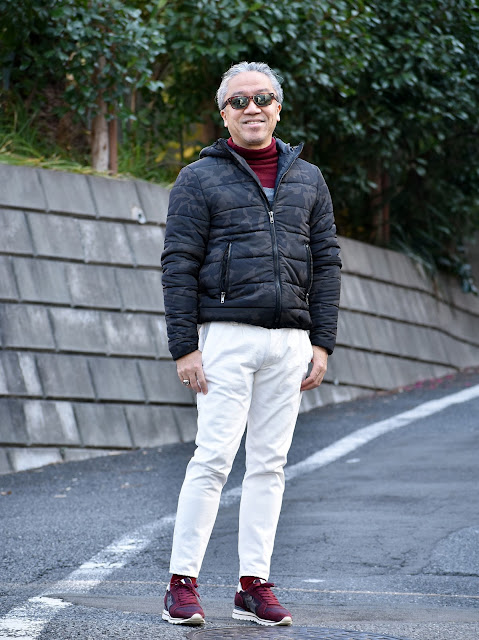 ダウンジャケットと白パンツのメンズコーディネート