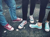 Menarik! Pakai Sneakers, Sepatu Serbaguna untuk Beragam Momen