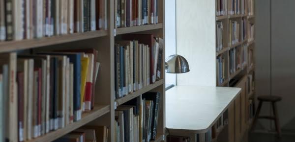«Ποιητικό ηλιοστάσιο» από την ελληνική και παγκόσμια Ανθολογία στη βιβλιοθήκη ΑΝΘΟΣ