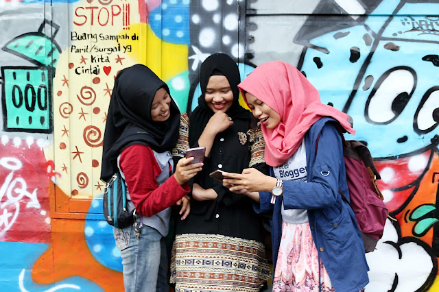 Berfoto dengan latar belakang mural di Kampung wisata Kuantan