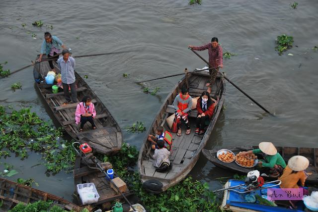 Nga Nam Floating Market in the early morning
