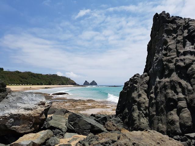 Praia do Boldró com o Morro Dois Irmãos ao fundo - Fernando de Noronha