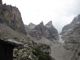 Rückblick am Rifugio Tuckett. Der Abstieg erfolgt durch die Scharte auf der linken Seite