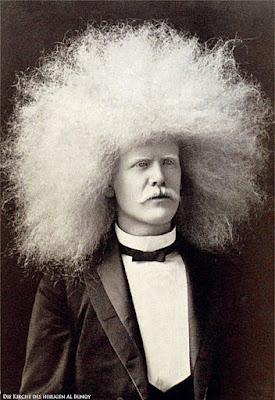 Lustiger weißer Mann mit extremer Afro Frisur