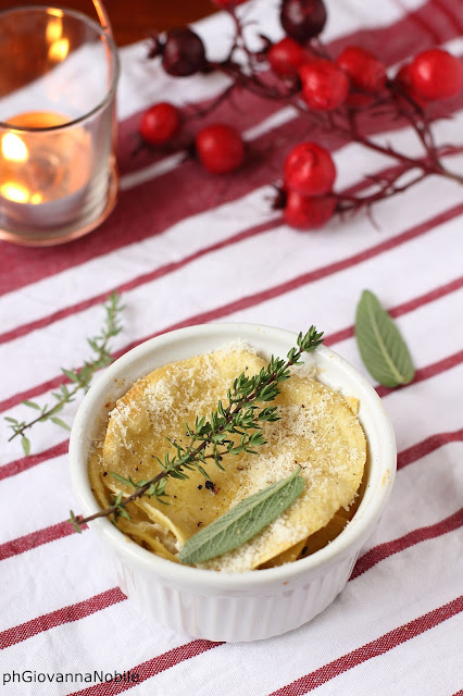 lasagne di pasta fresca all'uovo, farcite con ricotta, prosciutto cotto e mozzarella