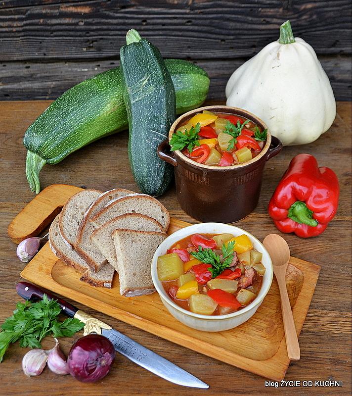 leczo, patison, cukinia, leczo z cukini, sezonowe przepisy, lipiec, lipiec wkuchni, warzywa sezonowe lipiec, lipiec owoce sezonowe lipiec, lipiec warzywa sezonwe, sezonowa kuchnia, sezonowosc, zycie od kuchni, lipiec zestawienie przepisow
