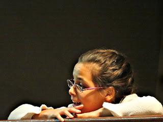 Menina Deslumbrada com Orquestra no Teatro Independencia, Cidade de Mendoza
