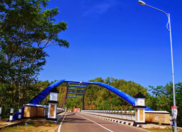 Jembatan unik di Pantai Soge.