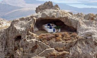Αυτή είναι η πιο όμορφη εκκλησία της Ελλάδας! Δεν έχει σκεπή και βρίσκεται κάτω από βράχο! ΦΩΤΟ