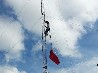 Rela Bayar Orang Pasang Bendera Di Tower Dermaga
