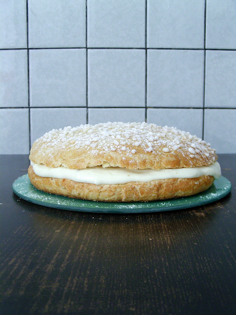 A classic French recipe, this is a cream filled brioche - Une brioche fourrée à la crème